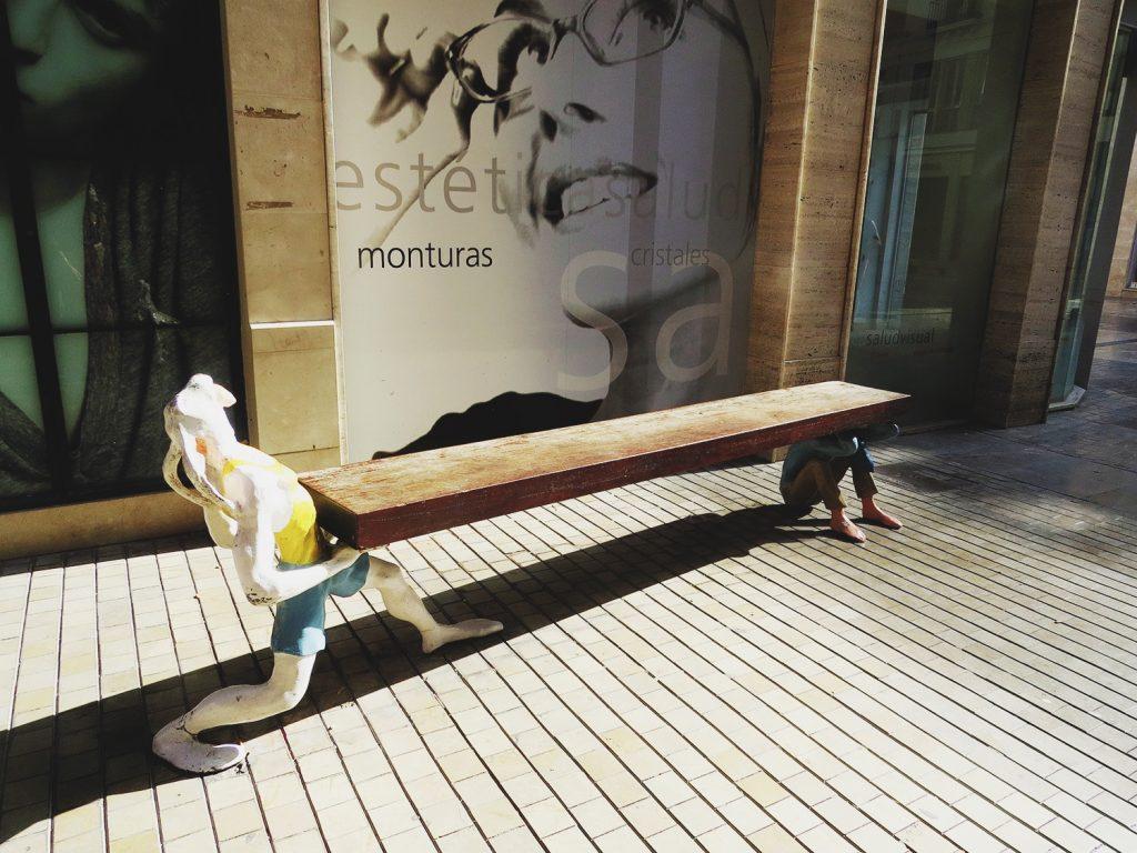 На улицах Малаги можно встретить много странных предметов декора, как, например, эта скамья